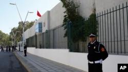 Un policier marocain garde l'entrée du bureau judiciaire d'investigation à Sale, près de Rabat, Maroc, le 29 janvier 2017.