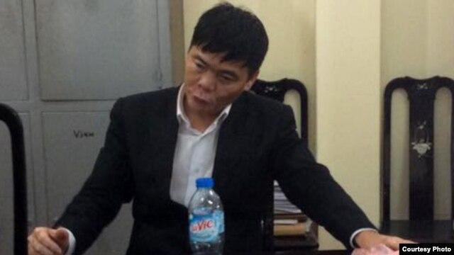 Luật sư Trần Vũ Hải trong đồn công an.