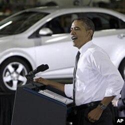 Le président Obama lors d'une visite à une chaine de montage de General Motors à Orion, dans le Michigan