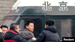 1月23日赵常青的律师张雪忠(中)在法院外和便衣警察争论。张雪忠曾是华东政法大学副教授,因为思想而被解聘