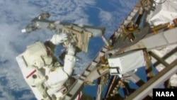 特里.維爾茨在太空完成了架設天線等任務(美國航天局視頻截圖)