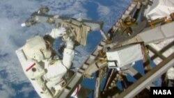 미국 우주비행사 테리 버츠 씨가 국제우주정거장 밖에서 우주유영을 하며 작업하고 있다.