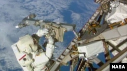 Astronot Terry Virts menyelesaikan instalasi antena di Port 3 Truss, 1 Maret 2015. (Credit: NASA TV)