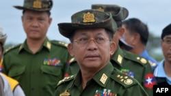 緬甸軍方領導人敏昂萊視察首都內比都附近的一座受損的橋樑。(2018年8月29日)