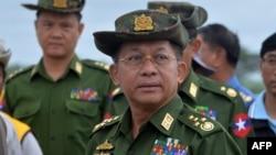 រូបឯកសារ៖ អគ្គមេបញ្ជាការយោធាមីយ៉ាន់ម៉ា លោក Min Aung Hlaing ត្រួតពល នៅក្បែររដ្ឋធានីណៃពិដោ កាលពីថ្ងៃទី២៩ ខែសីហា ឆ្នាំ២០១៨។