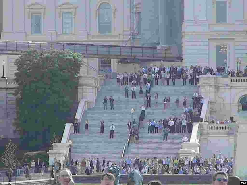 En las escalinatas del capitolio muchos washingtonianos fueron testigos privilegiados del histórico vuelo del Discovery.