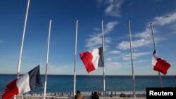 Bendera-bendera dikibarkan setengah tiang untuk mengenang para korban teror truk (14/7). (foto: REUTERS/Eric Gaillard)