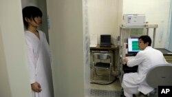 Kiểm tra mức phóng xạ tại Bệnh viện đa khoa ở Minamisoma, 20 km bên ngoài tỉnh Fukushima, Nhật Bản.
