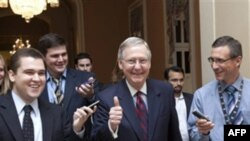 Thượng nghị sĩ Mitch McConnell tươi cười khi ông bước vào Thượng viện để loan báo về thỏa thuận nâng mức nợ