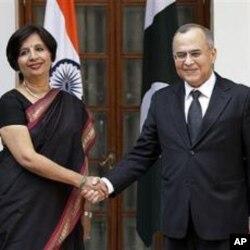 بھارت کی سیکرٹری خارجہ نرپوماراؤاپنے ہم منصب سلما ن بشیر کے ساتھ ہاتھ ملاتے ہوئے