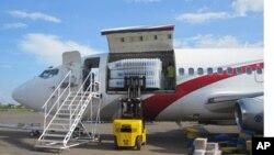 Du matériel électoral entrain d'être déchargé d'un avion cargo, à Lubumbashi, RDC