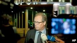 마이클 루한 화학무기금지기구 대변인이 지난 달 27일 네덜란드 헤이그 본부에서 기자들의 질문에 답하고 있다. (자료사진)
