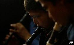 کابل کے میوزک اسکول میں بے گھر یتیم بچوں کو موسیقی کی تربیت کا سلسلہ شروع کیا گیا۔ (فائل فوٹو)
