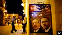 """""""Kubaga marhamat"""" deb yozilgan plakatda Kuba rahbari Raul Kastro va AQSh Prezidenti Barak Obama. Gavana, 17-mart, 2016-yil"""