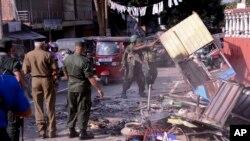 7 mart 2018-ci il, Kendi, Şri-Lanka. Polislər buddist dəstələrinin musəlman azlıqlarının yaşadıqları evləri yandırdıqdan sonra dağıntıları aradan qaldırırlar.