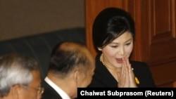 泰國總理英祿(右)在議會