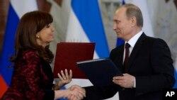 Cristina Fernández y Vladimir Putin estrechan lazos y firman acuerdos bilaterales en el Kremlin.