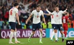 Bek Inggris Harry Maguire, bek Inggris John Stones dan gelandang Inggris Kalvin Phillips melakukan selebrasi setelah memenangkan pertandingan sepak bola semifinal UEFA EURO 2020 antara Inggris dan Denmark di Stadion Wembley. (Foto: AFP)