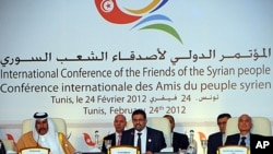 突尼斯外長阿布德薩勒姆(中)在敘利亞問題會議開幕儀式上發言