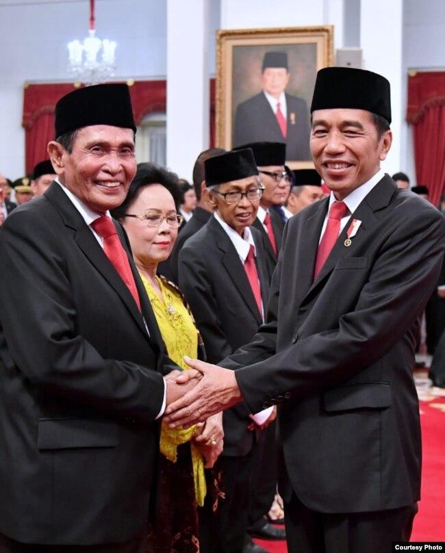 Presiden Joko Widodo bersalaman dengan Ketua Dewas KPK Periode 2019-2023 Tumpak Hatorangan, di Istana Negara, Jakarta, Jumat (20/12) (Biro Setpres)