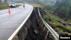 La route est endommagée après un séisme au sud du Chili, le 25 décembre 2016.