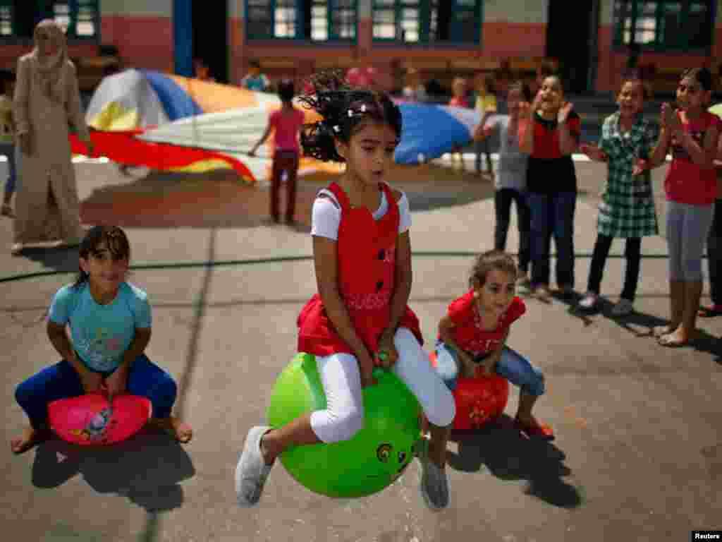 فلسطینی لڑکیاں غزہ میں اقوام متحدہ کی جانب سے لگائے گئے گرمیوں کے سمر کیمپ میں کھیل رہی ہیں، غذہ کے ہزاروں بچے گرمیوں کی چھٹیاں سمر کیمپ میں گزارتے ہیں جہاں بچوں کیلئے مختلف کھیل منعقد کئَجاتے ہیں ان سمر کیمپوں میں سے کچھ کیمپس اقوام متحدہ کی جانب سے ب