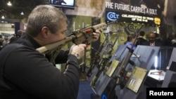 Entre otras cosas, la medida penaliza con vigor el trasiego ilegal de armas de fuego a otros países.