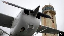 El accidente fue en un avión Cessna como este, con tres personas a bordo en el lago Ponchatrain. Buceadores buscaban los dos desaparecidos y la aeronave en las aguas.