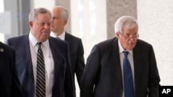 过堂后的前美国众议长哈斯特(右)在律师陪同下离开芝加哥的联邦法庭。(2015年6月9日)