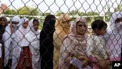 اسلام آباد کے ایک پولنگ اسٹیشن کے باہر خواتین ووٹ ڈالنے کے انتطار میں کھڑی ہیں۔ 25 جولائی 2018