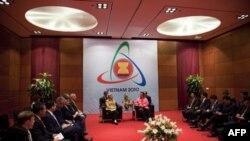 Хиллари Клинтон на 17 ежегодном Восточноазиатском саммите