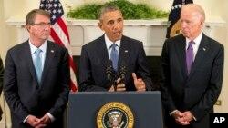 Presiden AS Barack Obama, didampingi Wapres Joe Biden (kanan) dan Menhan Ash Carter mengumumkan penundaan penarikan pasukan dari Afghanistan, Kamis (15/10).