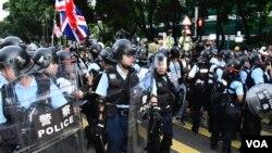 大批手持盾牌及警棍的防暴警察驅散示威者。(美國之音湯惠云)