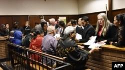 De gauche à droite, Peter Thabethe, Ashu Chawla, Ronica Ragavan, Nazeem Howa Vuran Gupta, Takisi Masileng et Sylvia Dlamini, les suspects liés à l'enquête sur la fraude et la corruption des fermes laitières Estina devant le tribunal régional de Bloemfontein, le 15 février 2018