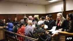 Des membres de la famille Gupta lors d'une audience sur l'enquête au tribunal régional de Bloemfontein, Afrique du Sud, 14 février 2018.