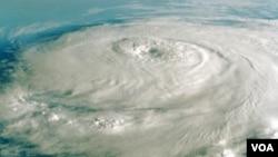 El huracán Julia se fortaleció llegando a categoría cuatro.