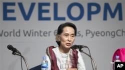 Aung San Suu Kyi memberi sambutan pada Olimpiade Khusus Musim Dingin 2013 di Pyeong-chang, Korea Selatan hari Rabu (30/1).
