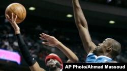 Richard Hamilton de l'équipe des Detroit Pistons face à Emeka Okafor des New Orleans Hornets le 15 janvier 2010.