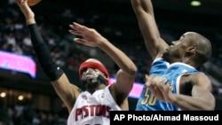 Richard Hamilton de Detroit Pistons (32) mene une attaque en direction du panier contré par le centre de New Orleans Hornets Emeka Okafor lors d'un match de basket NBA, à Auburn Hills, Michigan, 15 janvier 2010.
