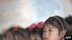 Trẻ mồ côi Bắc Triều Tiên tại một viện mồ côi trong khu vực bị tàn phá vì bão, lụt mới đây trong tỉnh Hwanghae Bắc