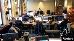 برنامه نويسان شرکت موجانگ هنگام کار در اداره، استکهلم (سوئد) – ۲ بهمن ۱۳۹۱ (۲۱ ژانويه ۲۰۱۳)