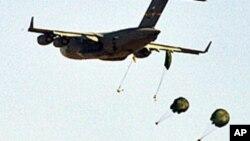 美國和埃及推遲兩年一度的明星軍事演習﹐圖為2007年的明星軍演﹐一架C-17軍用運輸機進行降落傘演練。