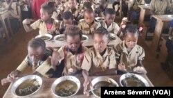 Des légumes à la cantine scolaire de Mindouli dans le Pool, le 28 février 2020. (VOA/Arsène Séverin)