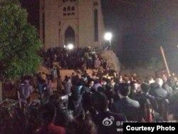 数以百计教友彻夜守护在温州三江教堂外(微博图片)