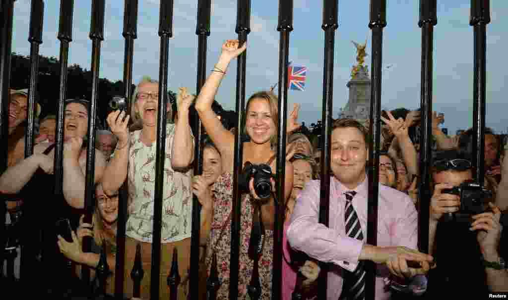 Frente al palacio de Buckingham la multitud se reunió para ver el documento oficial que certifica el nacimiento del príncipe de Cambridge.