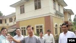Mantan PM Burma, Khin Nyunt, sesaat setelah dibebaskan dari tahanan rumah di Rangoon (13/1).