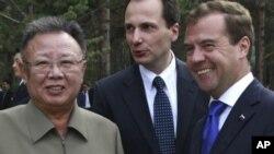 មេដឹកនាំកូរ៉េខាងជើងលោកគីំម យ៉ុងអ៊ីល (Kim Jong Il) (ឆ្វេង) កាលនៅមានជីវិត និងលោកប្រធានាធិបតីរុស្ស៊ី ឌេមីឌ្រី ម៉េដវ៉េដេវ Dmitry Medvedev (ស្តាំ)។