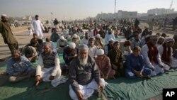 اسلام آباد میں جاری دھرنے سے اظہارِ یکجتی کے لیے اتوار کو بھی کراچی میں کئی مقامات پر دھرنے دیے گئے
