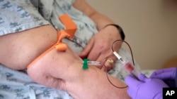 La paciente Carole Linderman se extrae una muestra de sangre para una biopsia líquida en el Jefferson University Hospital en Filadelfia el martes 28 de abril de 2015. La prueba detectó la recurrencia del cáncer de mama de Carole Linderman meses antes de que normalmente se la hubiera encontrado. (AP Photo / Jacqueline Larma)