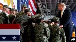 """特朗普总统在停靠在横须贺的""""黄蜂号""""军舰上举行的阵亡将士纪念日活动中问候美军。(2019年5月28日)"""